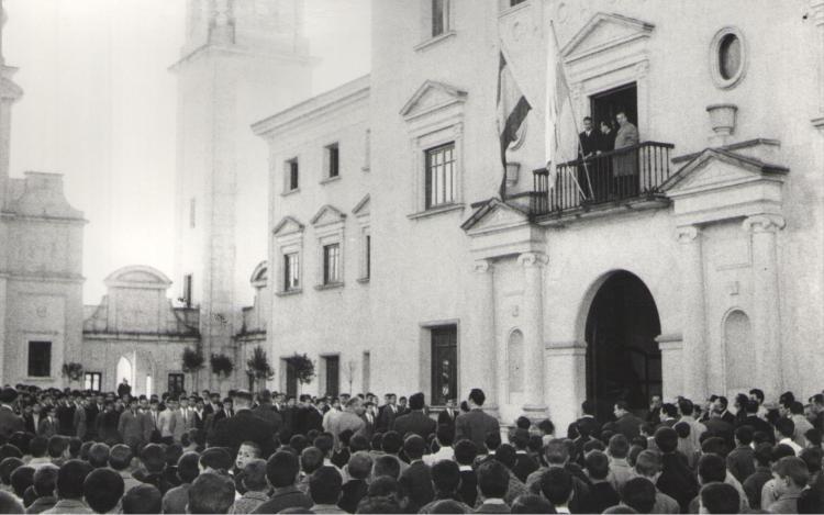 """title=""""Izada de bandera década 1950"""""""